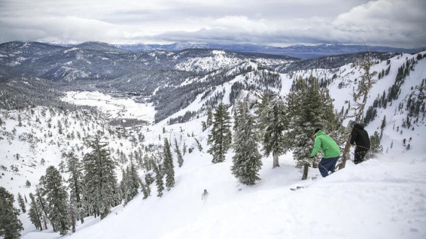 El Servicio Meteorológico nacional afirmó que espera entre cuatro y cinco pies de nieve en algunas áreas de la Sierra y alentó a los conductores a evitar caminos de montaña.