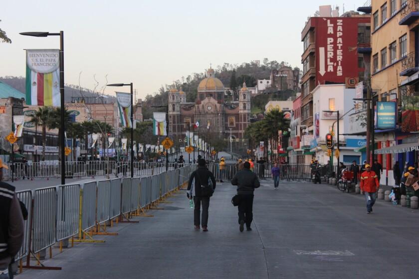 Policías, soldados y miembros del Estado Mayor han colocado vallas de acero en todas las vías de acceso a la Basílica de Guadalupe.