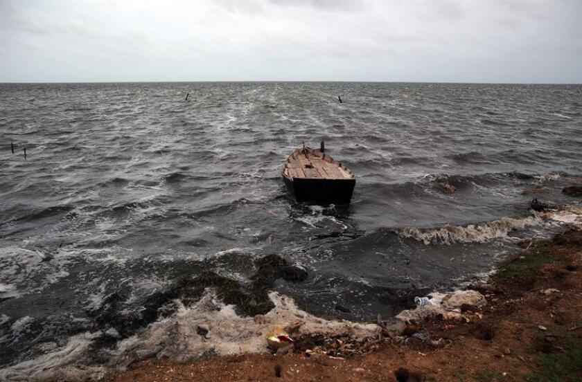 La Armada de República Dominicana informó del rescate de seis sobrevivientes y del cadáver de una mujer, pertenecientes a un grupo de personas que zarpó clandestinamente a Puerto Rico el pasado martes y cuya embarcación presentó averías. EFE/Archivo