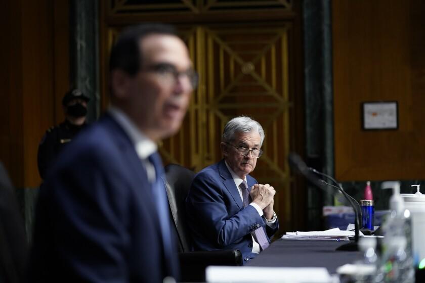 El presidente de la Reserva Federal, Jerome Powell, derecha, escucha las declaraciones del secretario del Tesoro