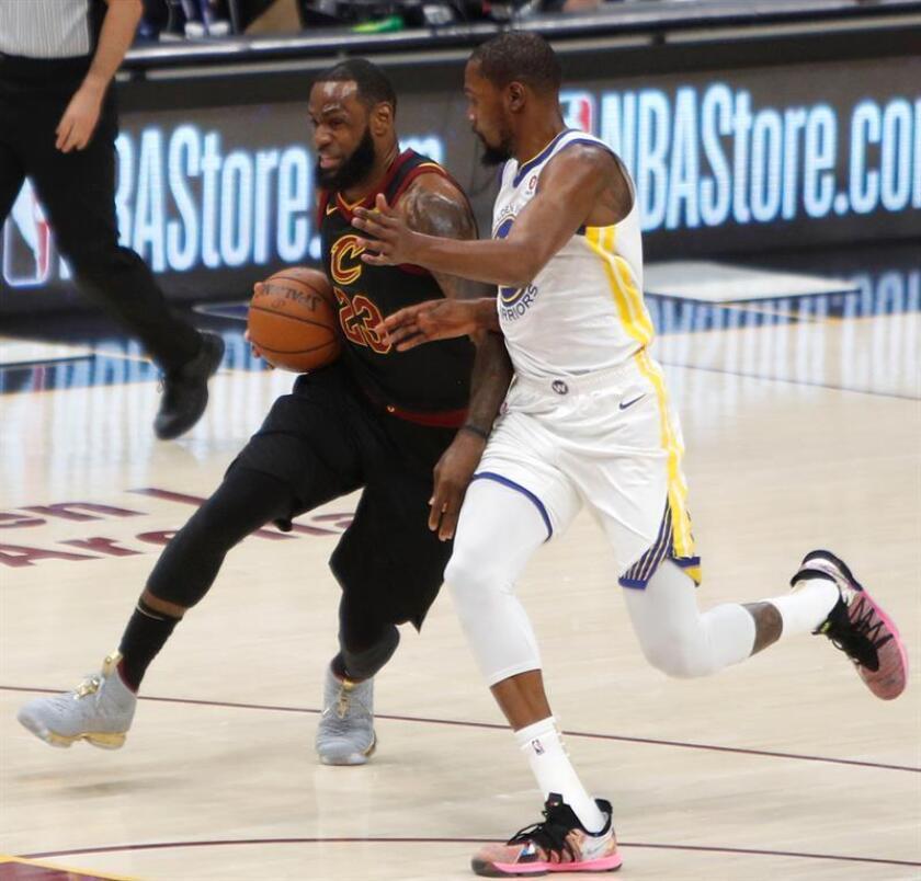 Kevin Durant (d) de Golden State Warriors en acción ante LeBron James (i) de Cleveland Cavaliers durante el tercer juego de las finales de la NBA, en el Quicken Loans Arena de Cleveland, Ohio (EE.UU.). EFE