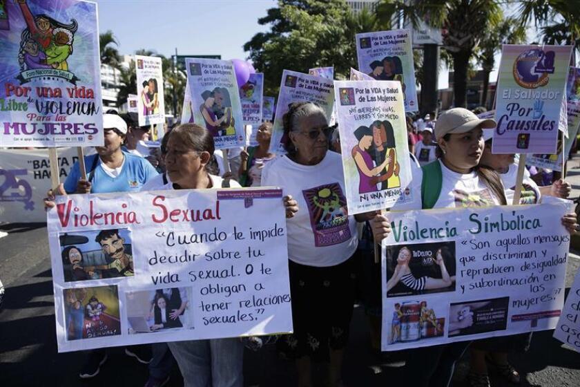 Un grupo de personas participa en una manifestación el 24 de noviembre de 2017 en la capital salvadoreña. Cientos de mujeres salieron a las principales calles de la capital de El Salvador para exigir la despenalización del aborto y el respeto a sus derechos humanos, en el marco del Día Internacional de la Eliminación de la Violencia contra la Mujer. EFE/Archivo