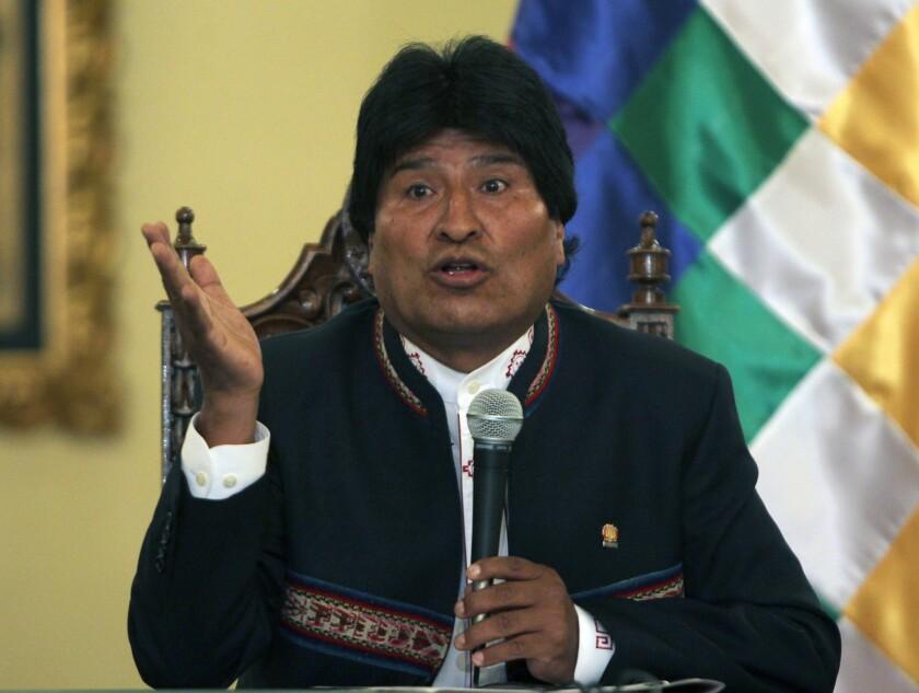 """El presidente de Bolivia, Evo Morales, habla en una rueda de prensa en La Paz, donde aceptó su derrota en el referendo del pasado domingo, en el cual fue rechazada una reforma constitucional sobre su reelección, e indicó que el oficialismo ha perdido una batalla, """"pero no la guerra"""". EFE"""