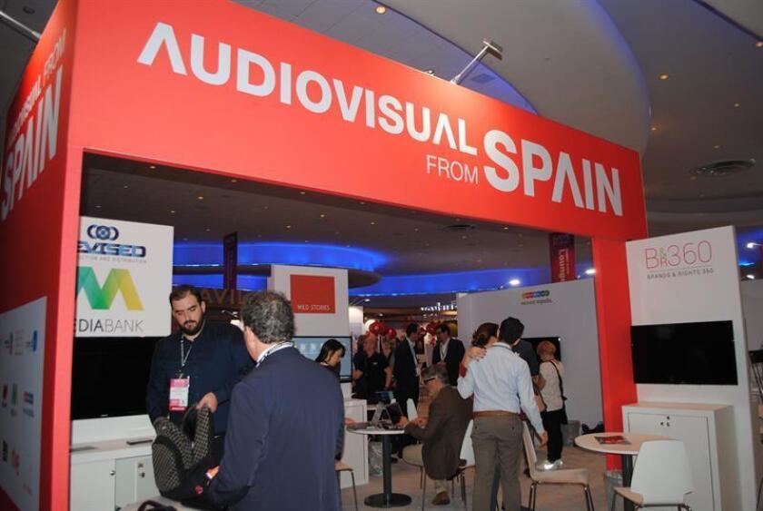 Público obtiene información en el espacio dedicado a la Radio Televisión Española (RTVE) en la feria de la Asociación Nacional de Ejecutivos de Programas de Televisión (Natpe) hoy en Miami, Florida. EFE