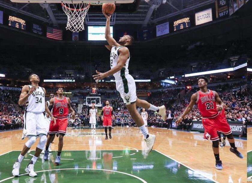 El jugador de Bucks Jabari Parker (2-d) se dirige a la cesta ante la marca de Jimmy Butler (d) y Rajon Rondo (2-i), de Bulls, este 15 de diciembre de 2016, durante un partido por la NBA entre Bulls y Bucks en el BMO Harris Bradley Center de Milwaukee, Wisconsin (EE.UU.). EFE
