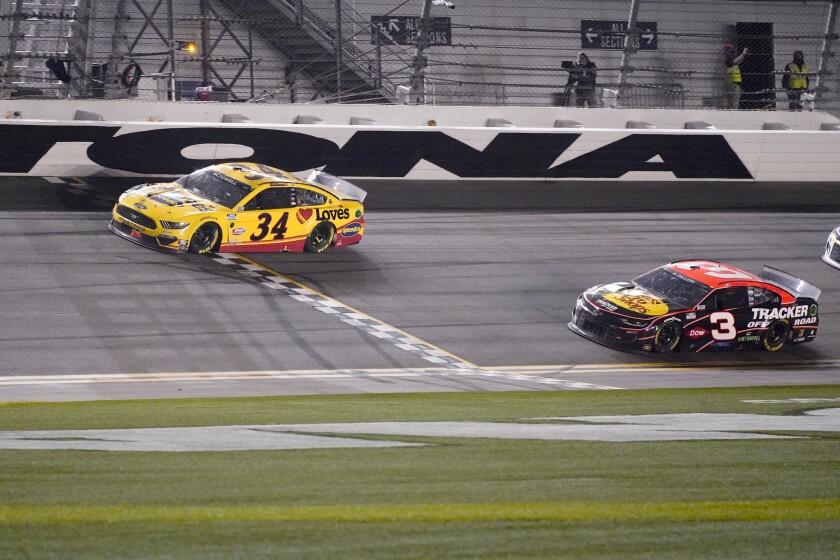 Michael McDowell cruza la línea de meta por delante de Austin Dillon para ganar la carrera Daytona 500
