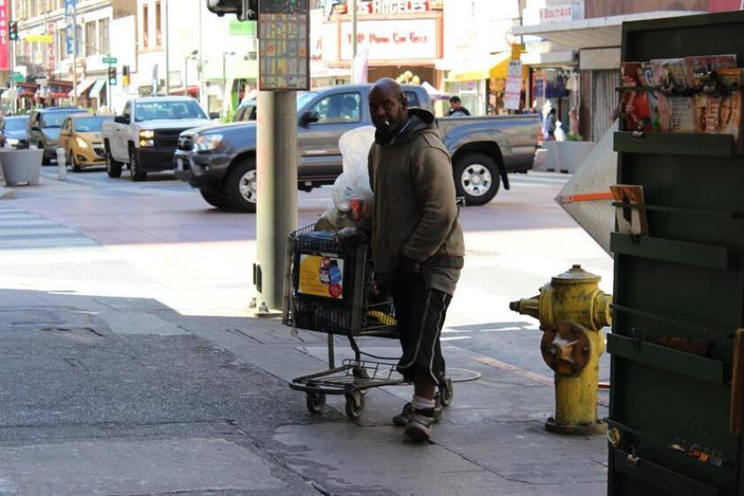 Las calles de Los Ángeles, la segunda ciudad con mayor cantidad de indigentes del país, han registrado un aumento el 58 % en los delitos donde las víctimas o los victimarios son desamparados, informó este martes el Departamento de Policía de Los Ángeles (LAPD). EFE/Archivo