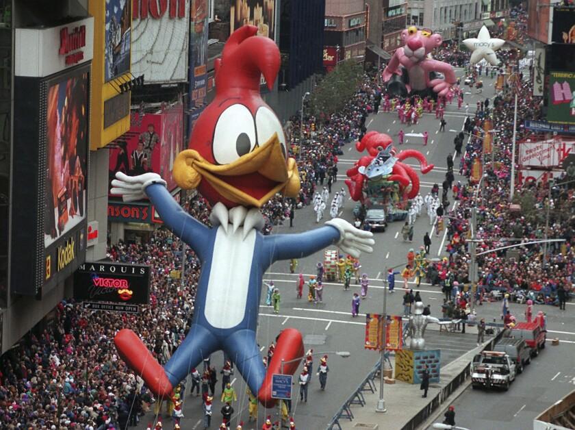 el Pájaro Loco encabeza una fila de enormes globos y carrozas por Times Square