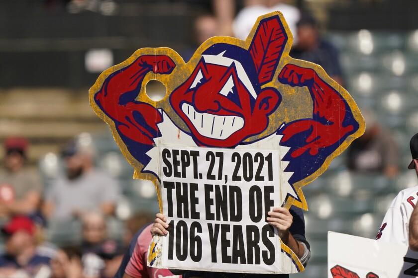 Un aficionado de los Indios de Cleveland carga un cartel durante el juego contra los Reales de Kansas City,