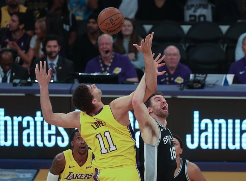 El jugador Pau Gasol (d) de San Antonio Spurs en acción ante Brook Lopez de Los Ángeles Lakers durante un partido entre San Antonio Spurs y Los Ángeles Lakers de la NBA, que se disputa en el Staples Center, en Los Ángeles, California (Estados Unidos). EFE