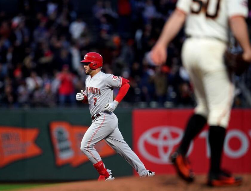En la imagen un registro de Eugenio Suarez (i), segunda base venezolano de los Rojos de Cincinnati, quien se apuntó un jonrón de dos carreras en el triunfo de su equipo 7-3 sobre los Cardenales de San Luis. EFE/Archivo