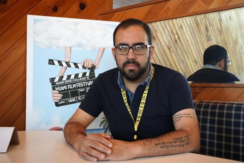 """El director boliviano Juan Pablo Richter posa durante una entrevista con Efe este martes 13 de marzo de 2018, en Miami (Estados Unidos). La película """"El río"""", del director boliviano Juan Pablo Richter, se estrena hoy en el Festival de Cine de Miami con el propósito de mostrar """"los entornos violentos alrededor de las mujeres en Bolivia"""" apoyada en un adolescente que deja la ciudad y encuentra un ambiente de violencia y abandono. EFE"""