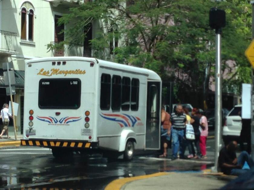 """Vista de unos pasajeros mientras se suben a un autobus en San Juan (Puerto Rico). La Contraloría de Puerto Rico ha detectado una pérdida acumulada de 51 millones entre 2013 y 2016 en la Autoridad Metropolitana de Autobuses (AMA) de la isla, así como """"múltiples deficiencias en el mantenimiento preventivo y reparación de autobuses"""". EFE/Archivo"""
