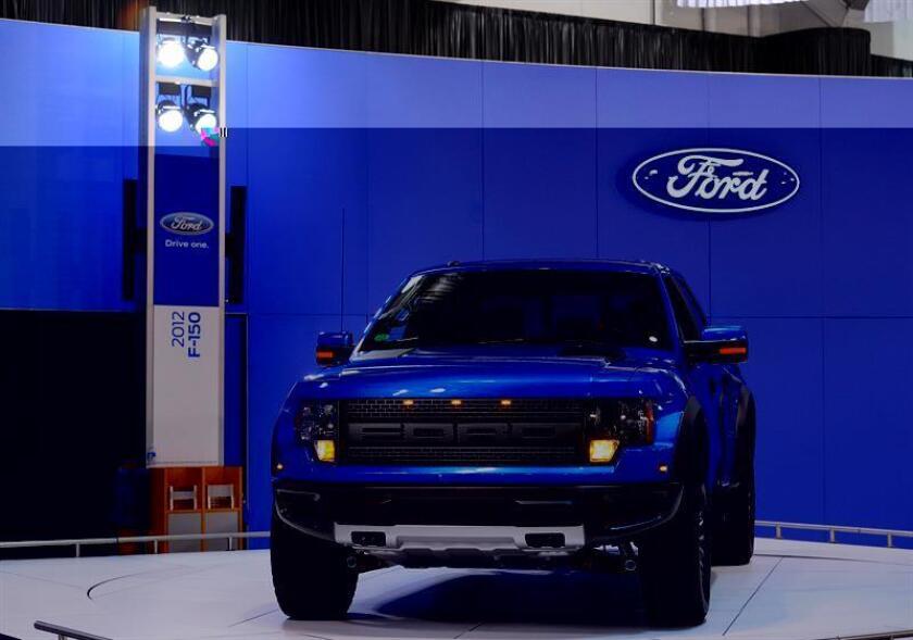 La camioneta F-150 Raptor de Ford no está hecha simplemente para cargar herramientas o equipo en su caja trasera e ir a trabajar, sino para conquistar cualquier terreno no asfaltado que se ponga por delante. EFE/ARCHIVO