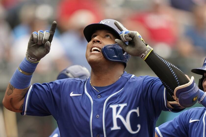 Salvador Perez de los Reales de Kansas City voltea al cielo tras su jonrón en la quinta entrada con lo que superó el récord de cuadrangulares para un catcher en una temporada en el primer duelo de una doble cartelera ante los Indios de Cleveland el lunes 20 de septiembre del 2021. (AP Photo/Tony Dejak)