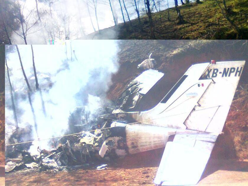 Aspecto de los restos de una avioneta tras un accidente en donde México. EFE/Archivo