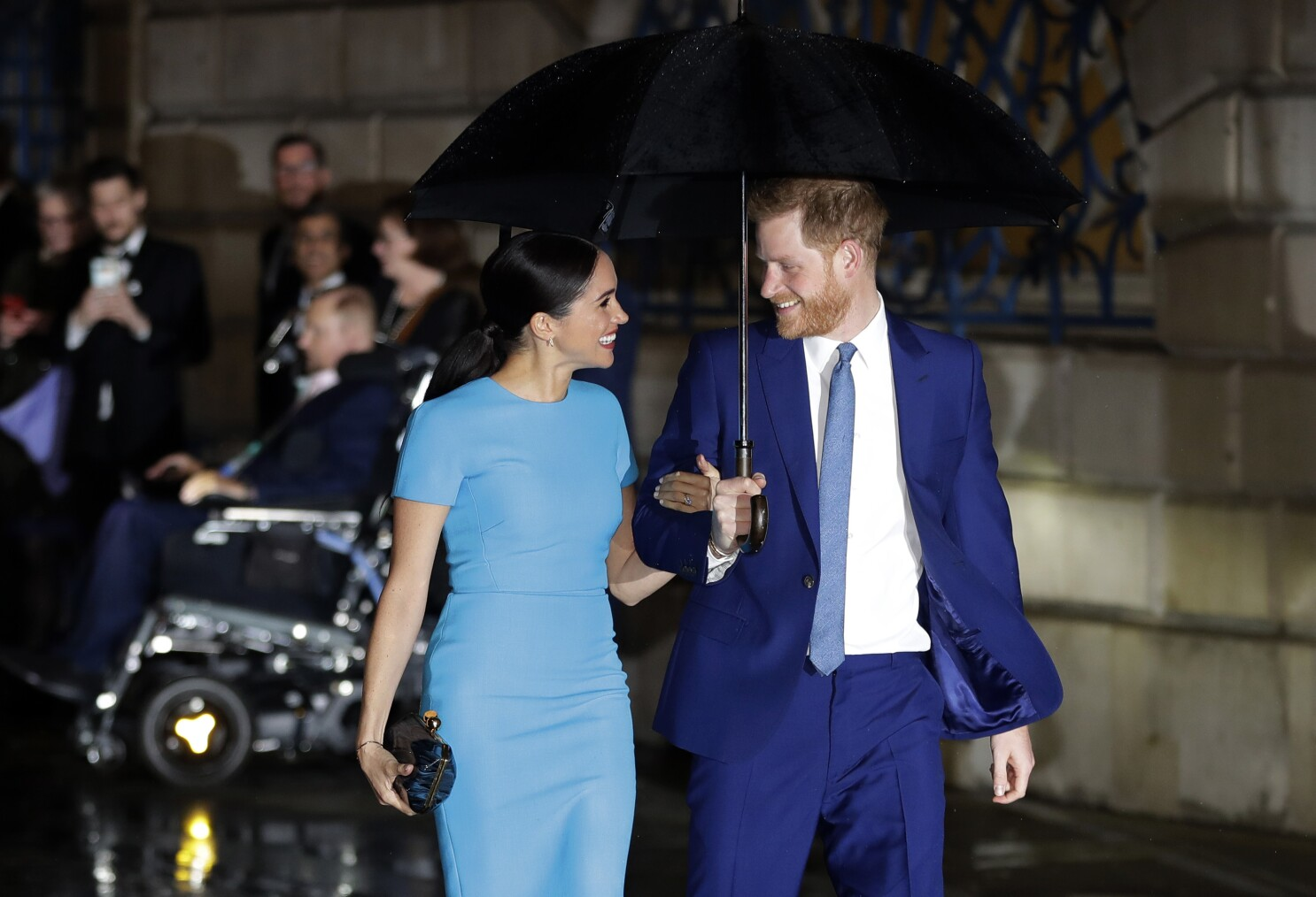 harry and meghan sue unnamed paparazzi for taking photos of archie at home los angeles times harry and meghan sue unnamed paparazzi