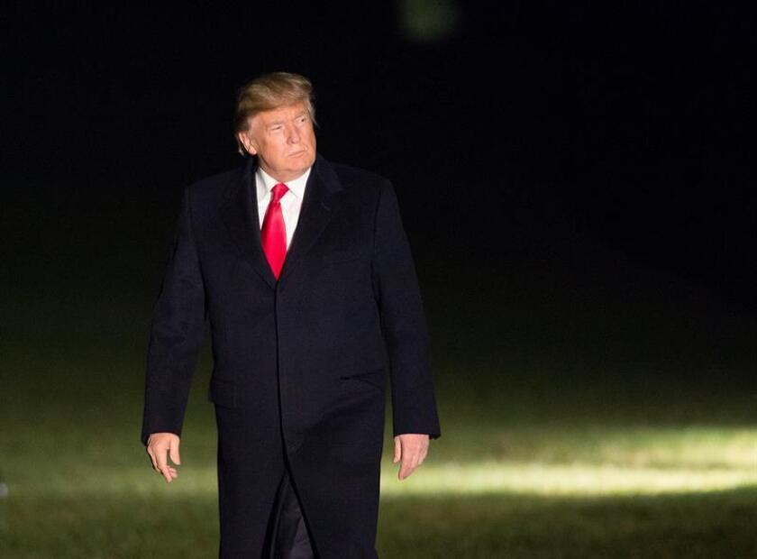 El presidente de los Estados Unidos Donald J. Trump camina hoy, lunes 4 de diciembre de 2017, a su regreso a la Casa Blanca en Washington (EE.UU.). Trump estuvo en Salt Lake City, Utah, y firmó dos proclamas presidenciales. EFE/ POOL