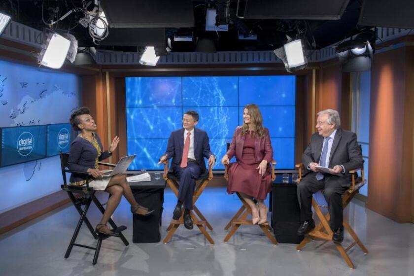 """Fotografía cedida por la ONU donde aparecen, de izquierda a derecha: la periodista Femi Oke mientras modera una conversación para el lanzamiento del informe """"La era de la interdependencia digital"""" por el fundador de Alibaba, Jack Ma; la copresidenta de la Fundación Gates, Melinda Gates, y el secretario general de la ONU, António Guterres,, este lunes, en la sede del organismo en Nueva York (EE.UU.). EFE/Mark Garten/ONU"""