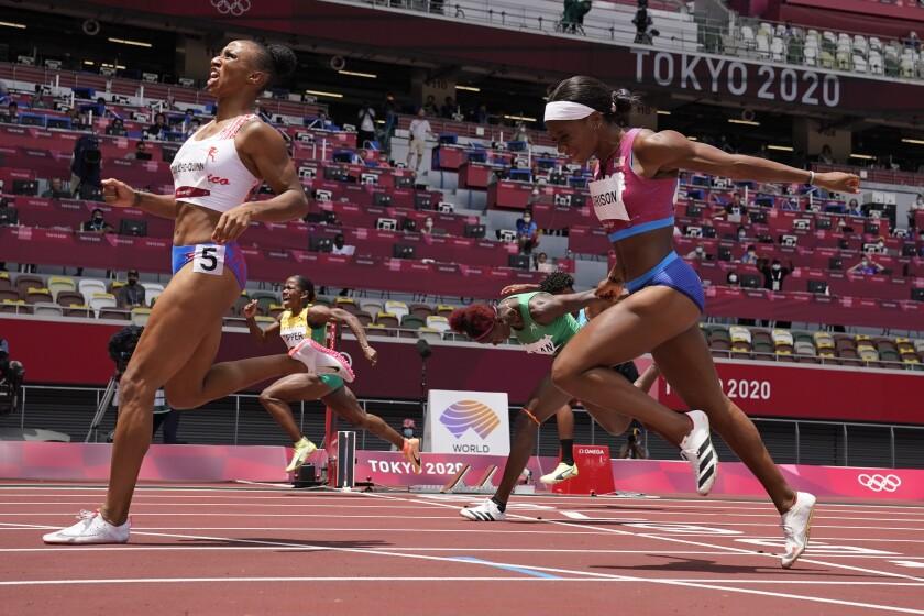 Los competidores cruzan la línea de meta en la pista.
