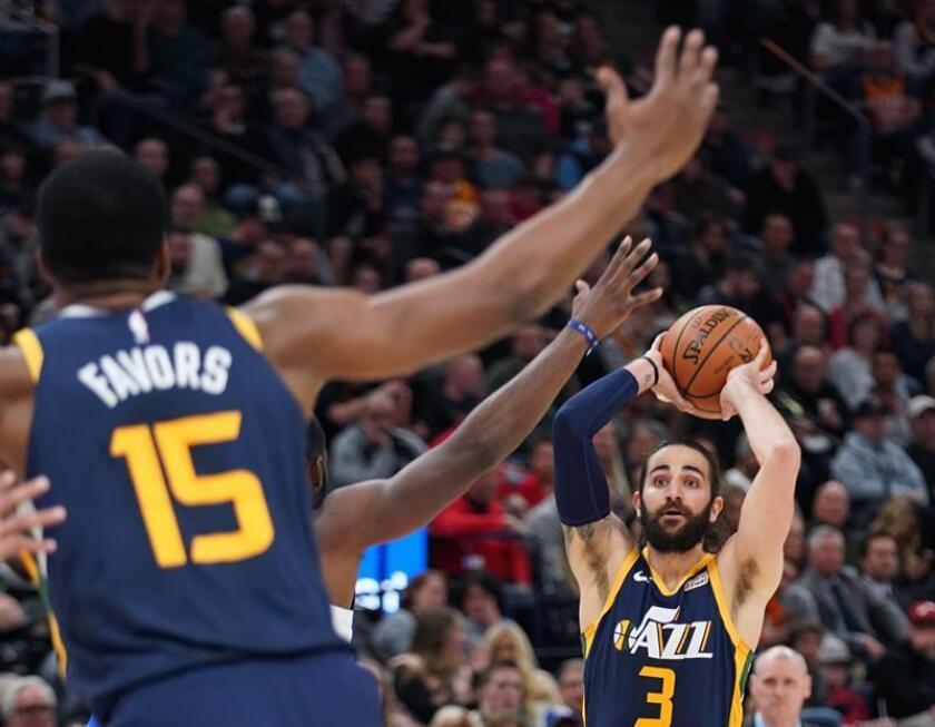 Ricky Rubio (d) de Utah jazz en acción este sábado, durante un partido de la NBA entre los Utah Jazz y Dallas Mavericks, en el Vivint Smart Home Arena de Salt Lake City, Utah (EE.UU.). EFE