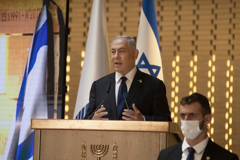 ARCHIVO - En esta foto de archivo del 14 de abril de 2021, el primer ministro israelí Benjamin Netanyahu habla en una ceremonia del día de los caídos en guerra en el cementerio militar, Jerusalén. Netanyahu tiene plazo hasta el martes 4 de mayo de 2021 a medianoche para formar un gobierno de coalición. Si fracasa, su partido Likud podría quedar en la oposición por primera vez en 12 años. (AP Foto/Maya Alleruzzo, Pool, File)