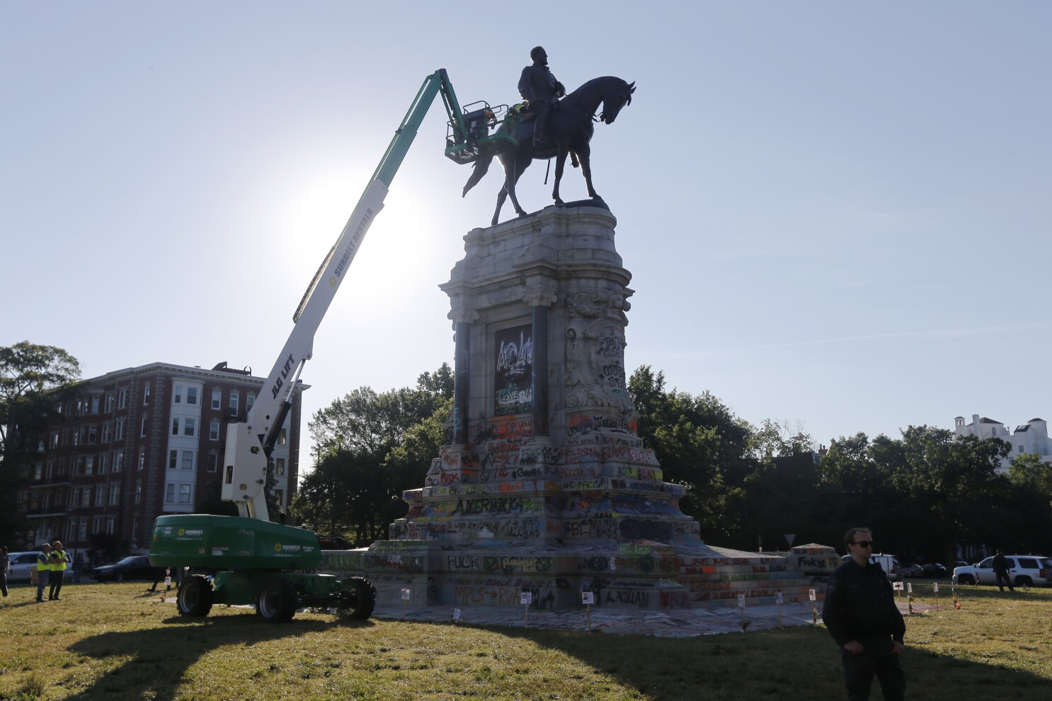 Judge halts removal of Robert E. Lee statue in Richmond, Va. - Los Angeles  Times