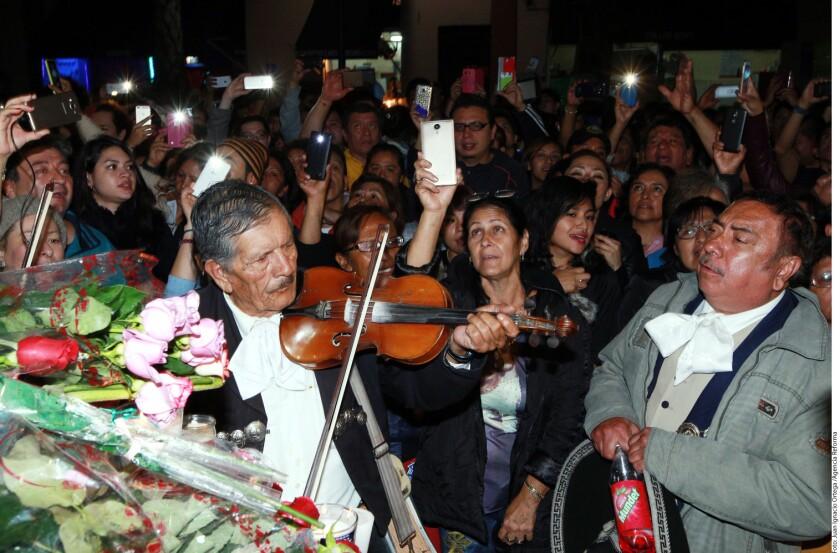Los fans mexicanos se reunieron en diversos puntos de Mexico para despedirlo con tequila y fiesta.
