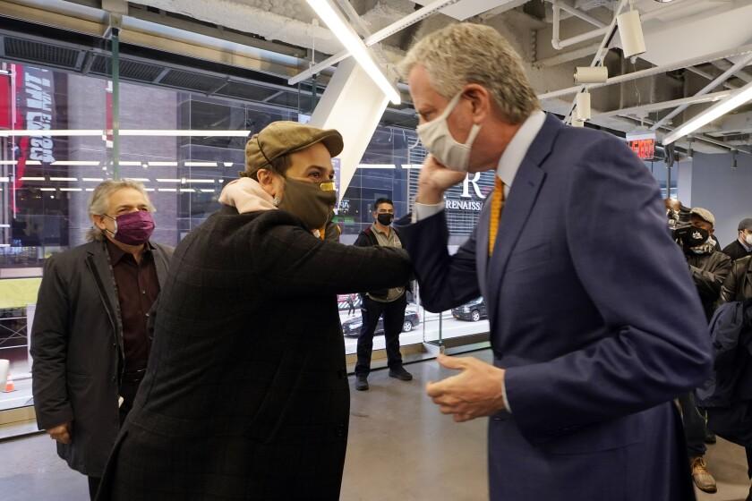 El actor Lin-Manuel Miranda, centro, y el alcalde de Nueva York Bill de Blasio