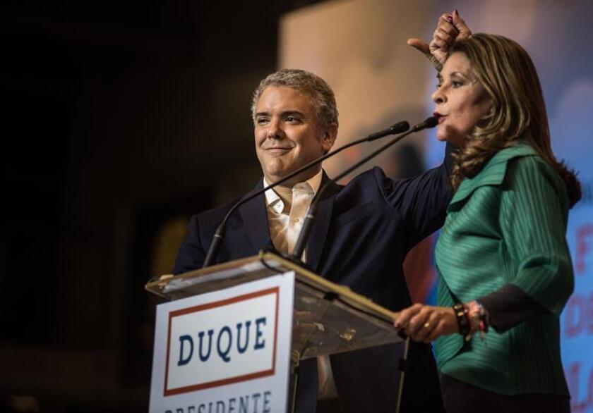 Duque (c) y la vicepresidenta electa, Marta Lucía Ramírez (d), se dirigen a sus seguidores ayer, domingo 17 de junio de 2018, en su sede de campaña en Bogotá (Colombia). EFE