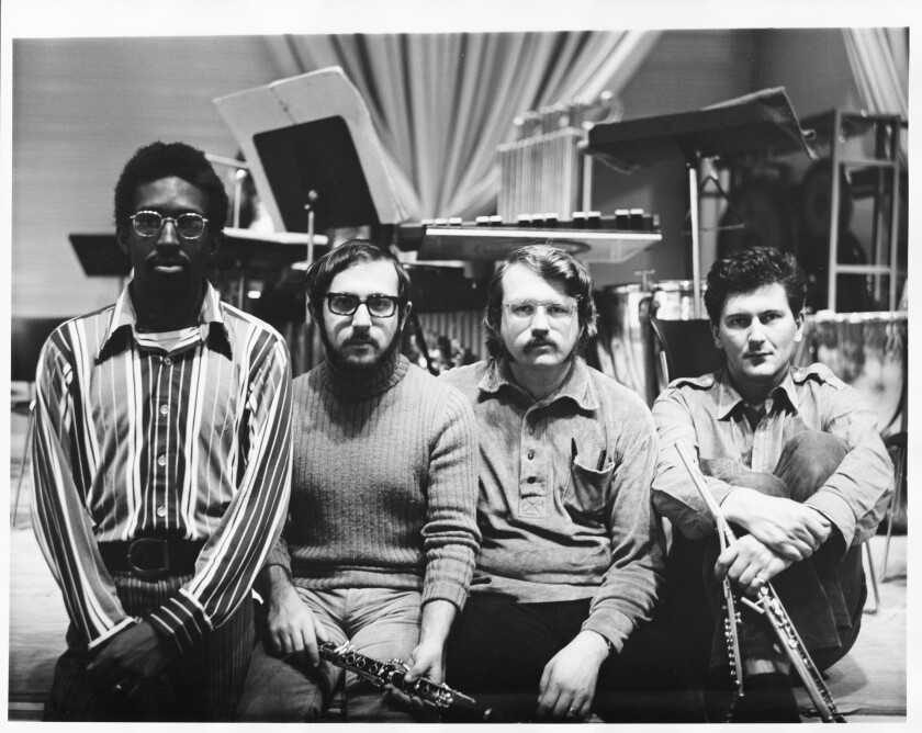 Julius Eastman se sienta junto a otros miembros del conjunto SEM.
