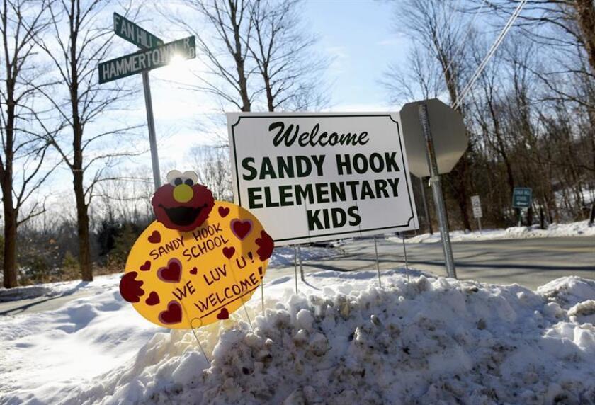Unos carteles dan la bienvenida a los alumnos de la escuela de Sandy Hook de Newtown (Connectictut) en un centro educativo de la vecina localidad de Monroe. EFE/Archivo