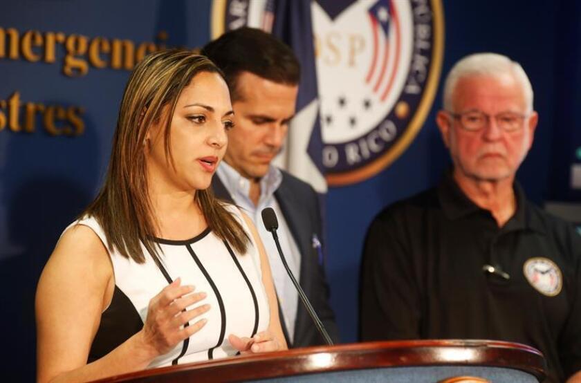 La secretaria de Recursos Naturales, Tania Vázquez (i), habla durante una rueda de prensa en el Negociado para el Manejo de Emergencias y Administración de Desastres, de San Juan (Puerto Rico). EFE/Archivo
