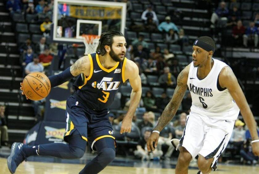 Mario Chalmers (d), de los Grizzlies de Memphis, disputa el balón con Ricky Rubio (i), de los Jazz de Utah, hoy, miércoles 7 de febrero de 2018, durante un partido de la NBA disputado en el FedEx Forum de la ciudad de Memphis, Tennessee (EE.UU.). EFE
