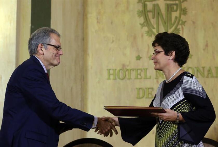 El embajador estadounidense en La Habana, Jeffrey DeLaurentis (i), y la viceministra cubana de Transporte, Marta Oramas (d), firman un acuerdo sobre búsqueda y salvamento aeronáutico y marítimo entre Cuba y Estados Unidos este 18 de enero de 2017, en La Habana (Cuba). EFE