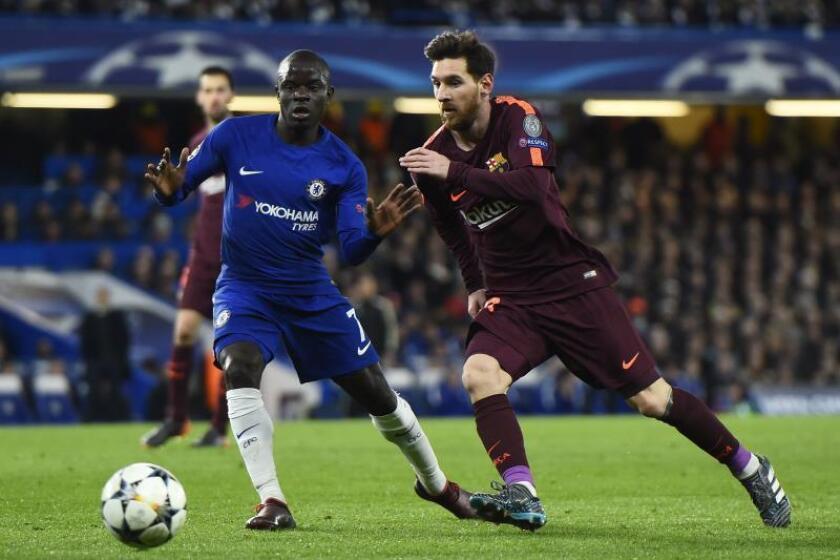 El jugador N'Golo Kante (i) del Chelsea disputa el balón durante un partido. EFE/Archivo