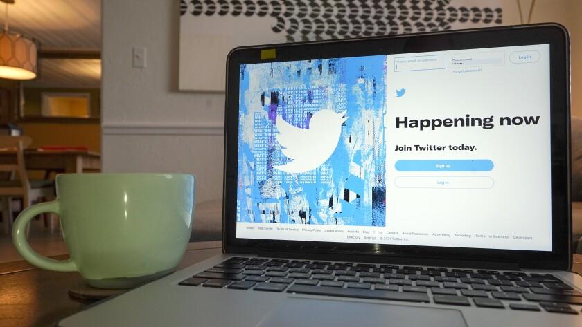 ARCHIVO - Esta imagen con la pantalla de inicio de sesión en Twitter se ve en una computadora el martes 27 de abril