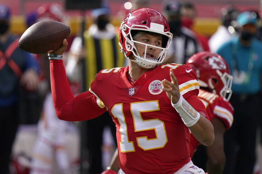 El quarterback Patrick Mahomes (15) de los Chiefs de Kansas City