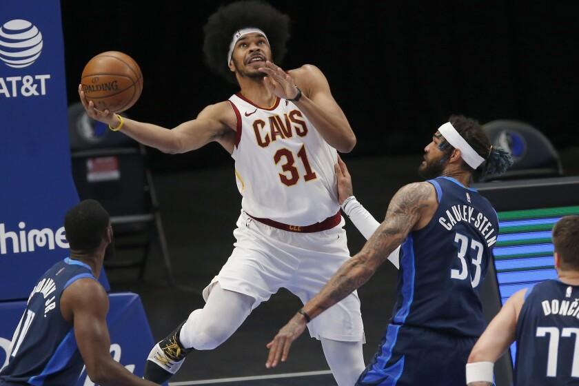 el pivote Jarret Allen (31), de los Cavaliers de Cleveland,