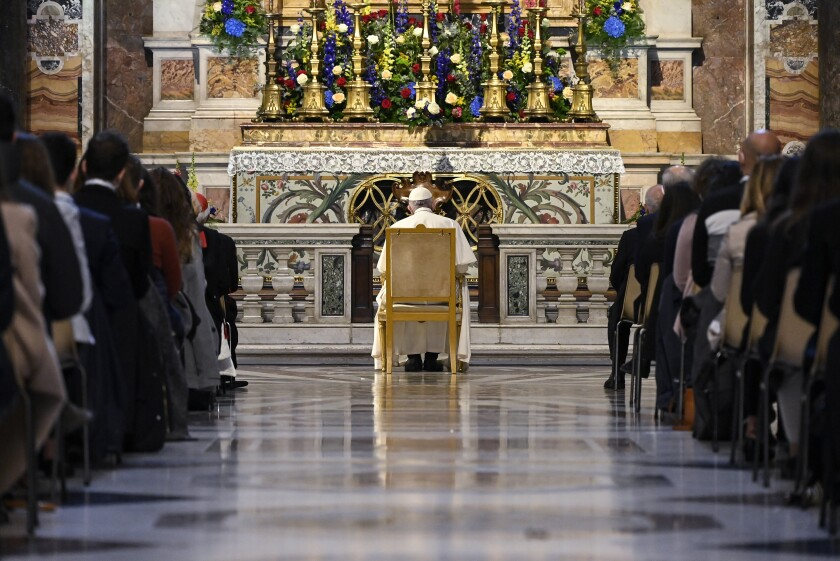 El papa Francisco ora en la Capilla Gregoriana en la Basílica de San Pedro en el Vaticano