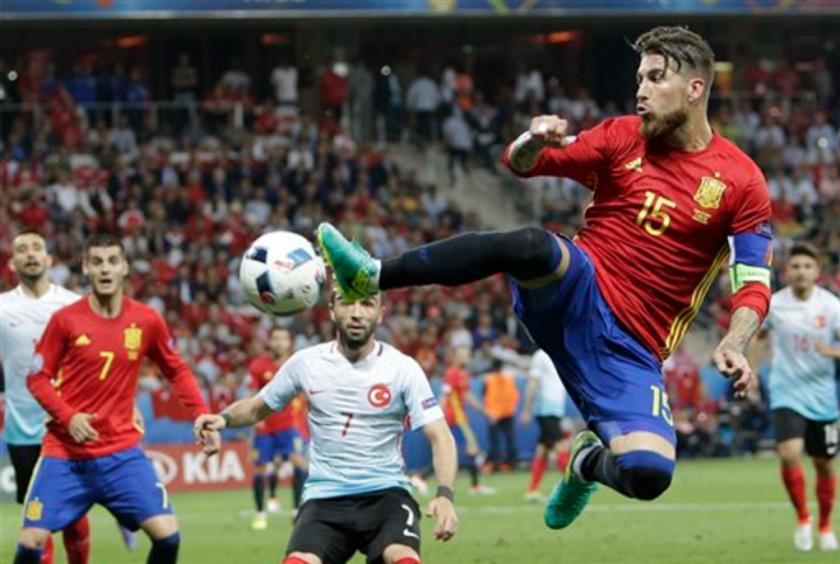 El capitán y zaguero de España Sergio Ramos durante el partido contra Turquía por el Grupo D de la Eurocopa en Niza, Francia. (AP Foto/Claude Paris)