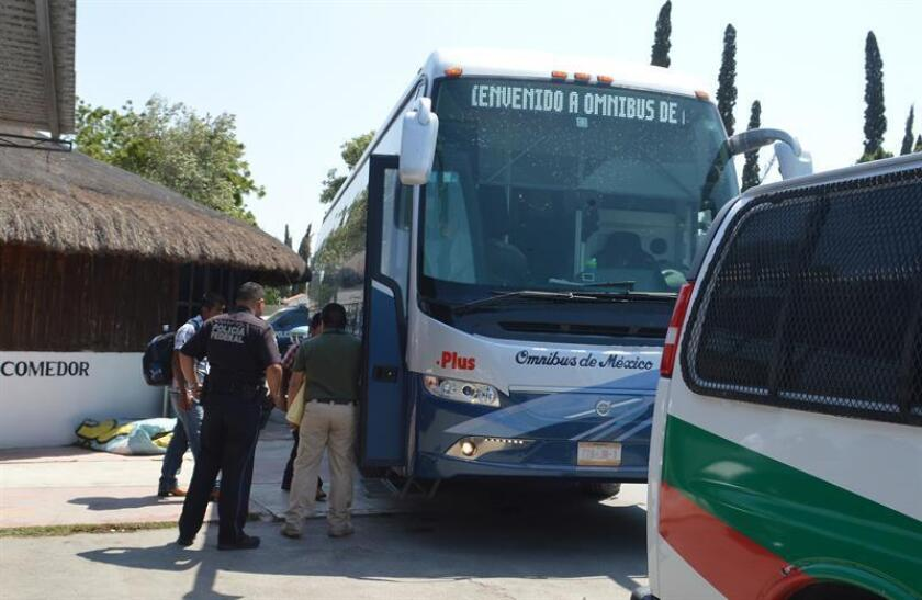 Elementos de la Policía Federal detivieron a migrantes centroamericanos este jueves, en ciudad de Reynosa, en el estado de Tamaulipas, (México). EFE