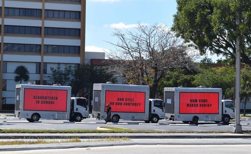 Tres camiones con carteles dirigidos al senador republicano Marco Rubio recorren las calles de Miami (EE.UU.) hoy, viernes 16 de febrero de 2018, para exigirle que actúe a favor del control de armas para evitar matanzas como la ocurrida esta semana en una escuela de Florida. EFE