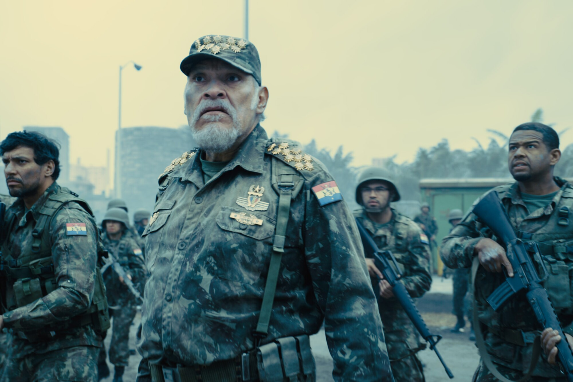 """Una escena de """"The Suicide Squad"""", en la que aparece Joaquín Cosío, al frente."""