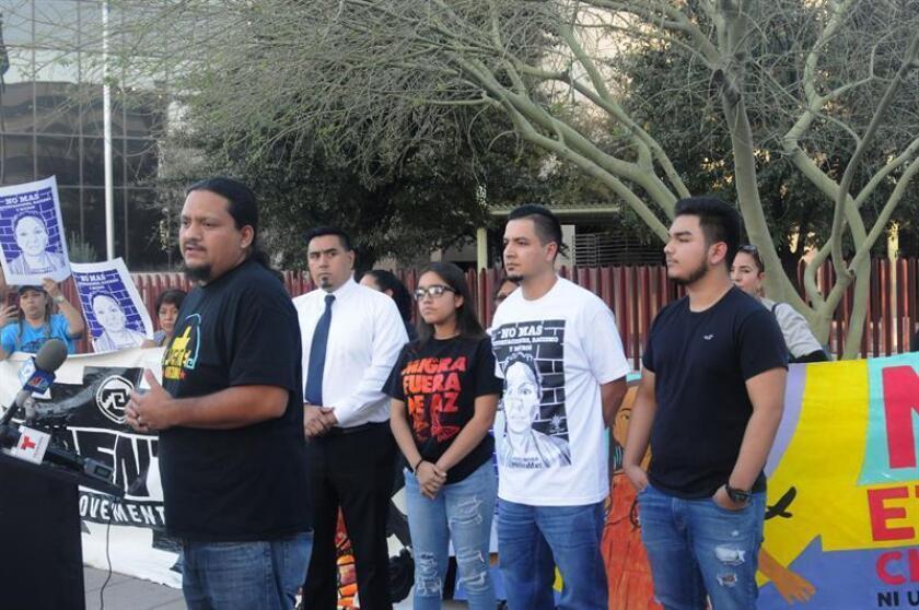 El director de la organización de apoyo a los inmigrantes Puente, Carlos García (i), acompañado de Arón (2d), esposo de la mexicana deportada de Estados Unidos hace un año Guadalupe García, habla durante una concentración en Phoenix (EE.UU.). EFE