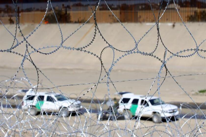 Obreros de migración estadounidense refuerzan las barreras de alambres de acero a lo largo de la línea fronteriza en la ciudad de Tijuana (México). EFE/Archivo
