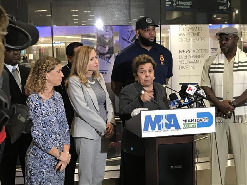 La congresista demócrata por Florida, Donna Shalala (c), junto a las también congresistas demócratas del mismo Estado Debbie Wasserman-Schultz (i) y Debbie Mucarsel-Powell (2-i), participa en una rueda de prensa con motivo del cierre parcial del Gobierno estadounidense, el 12 de enero de 2019, en el Aeropuerto Internacional de Miami, Florida (EE.UU.). EFE/Archivo