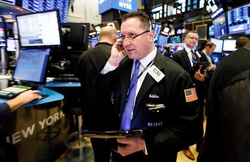 Varios comerciantes operan en la Bolsa de Nueva York, EE.UU., el 27 de noviembre del 2018. EFE