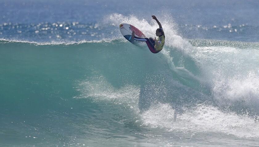 Carissa Moore na final de surf feminino da Rip Curl WSL em Trestles Beach em San Clemente.