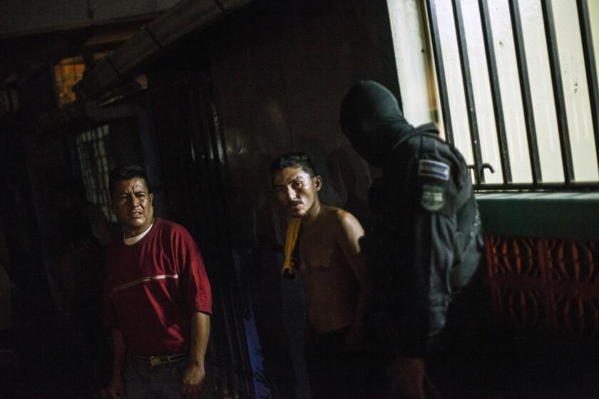 En esta imagen, un agente del equipo de respuesta rápida de la policía hace preguntas sobre la muerte de un hombre que supuestamente fue asesinado por un miembro de la Mara Salvatrucha en San Salvador, El Salvador. El miedo es rampante en San Salvador. Al caer la noche, las tiendas cierran pronto y las calles se vacían.